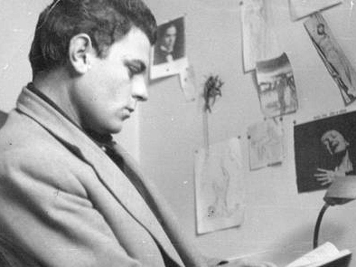Foto: Juan Marsé, a finales de 1960, en la casa familiar de la calle Martí durante una entrevista realizada por Vázquez Montalbán. Foto: Miguel Barceló (Familia Marsé Hoyas)