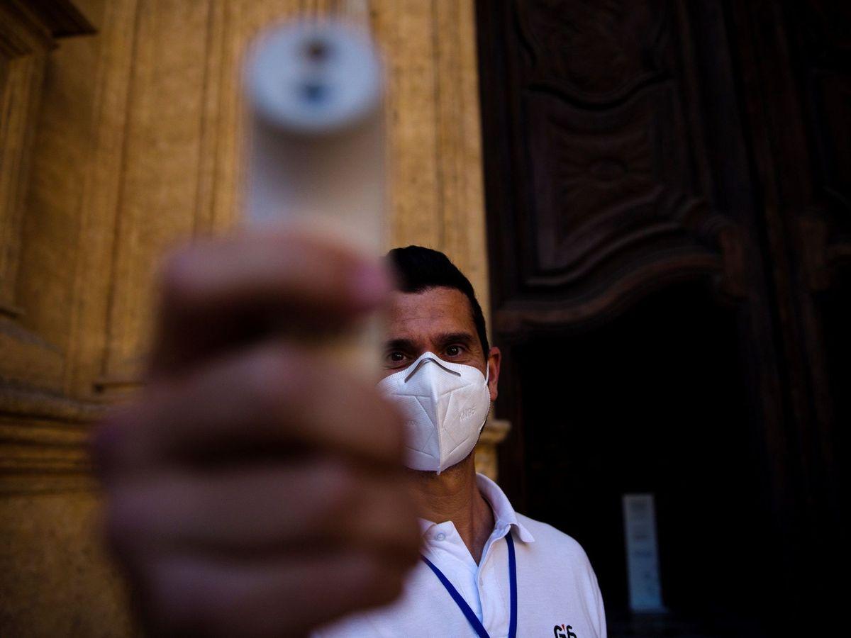 """Foto: El Colegio de Farmacéuticos de Madrid recomienda """"fomentar otras medidas de protección que sí tengan evidencia de utilidad, como el uso generalizado de mascarillas en Málaga. (EFE)"""