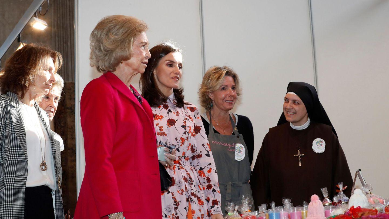 La reina Sofía y la reina Letizia, durante su visita al rastrillo Nuevo Futuro. (EFE)