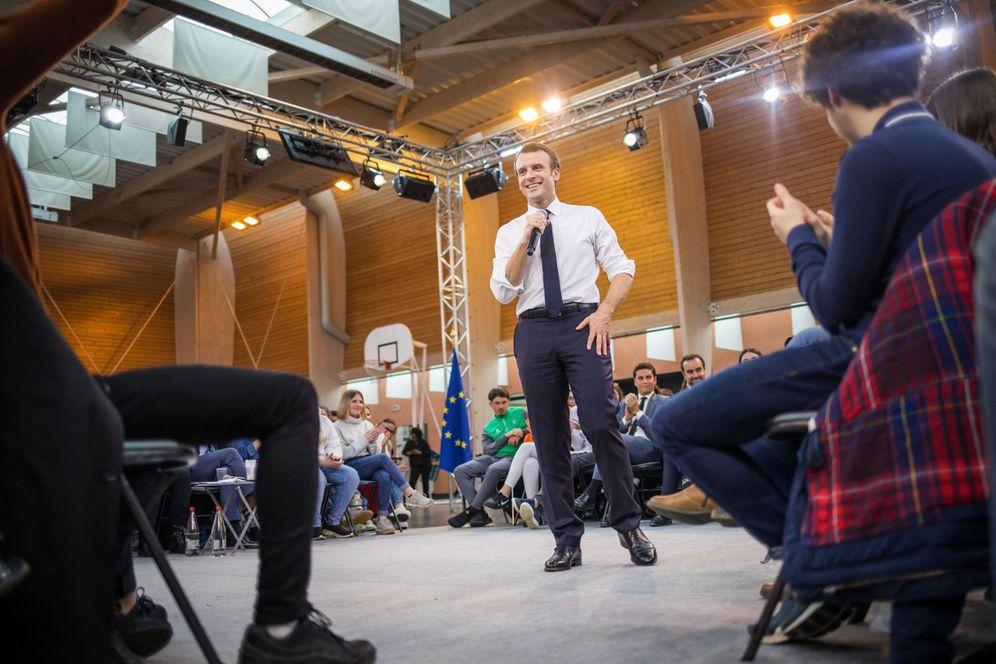Foto: El presidente francés, Emmanuel Macron (c), participa en un encuentro con jóvenes en Etang-sur-Arroux. (EFE)