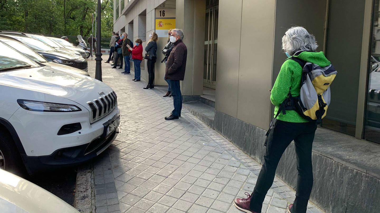Unas 40 personas hacen cola frente a la clínica Megalab, en Madrid, para hacerse el test de coronavirus.