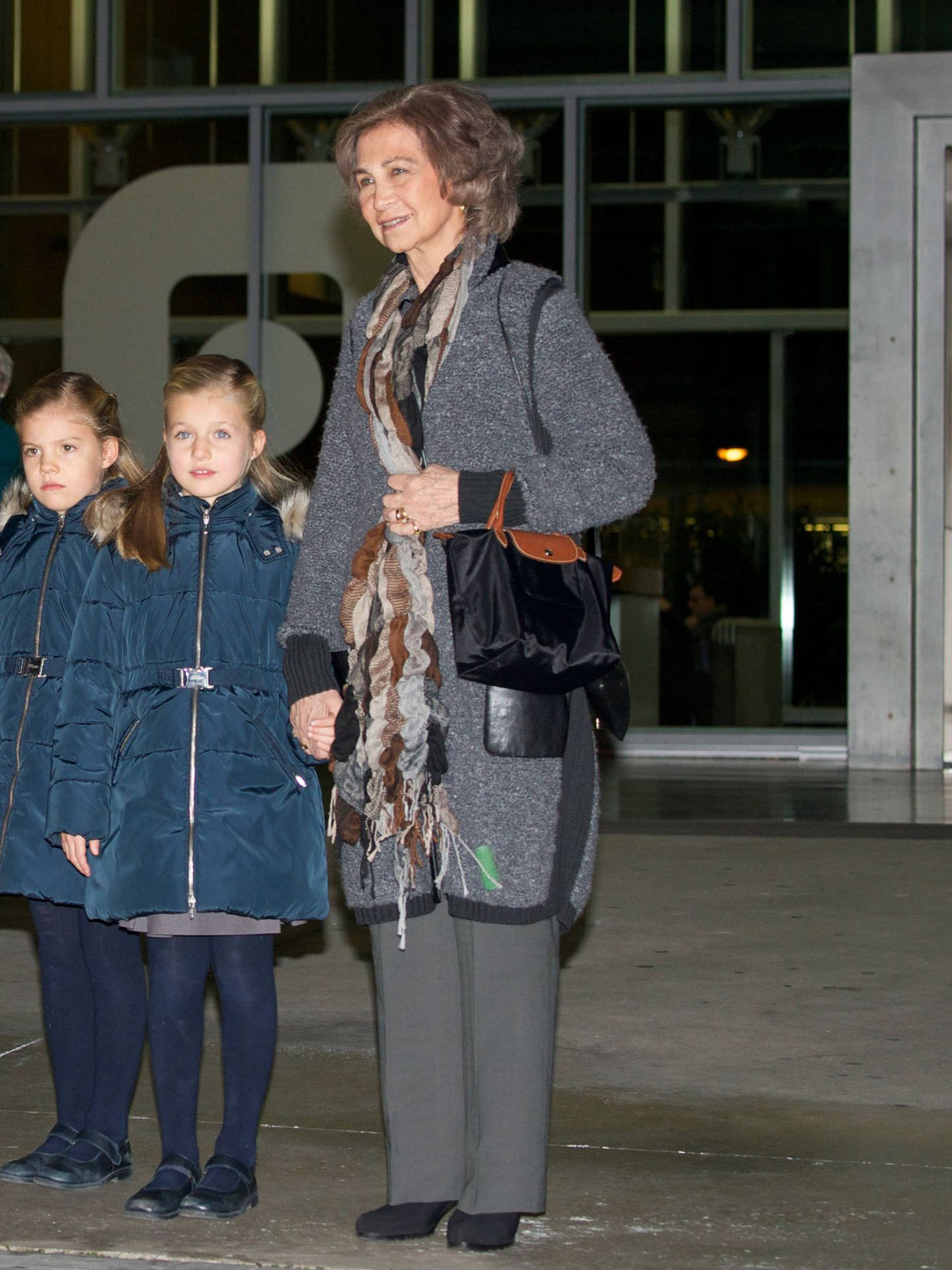 La reina Sofía, con el rulo colgando de su abrigo. (Getty)
