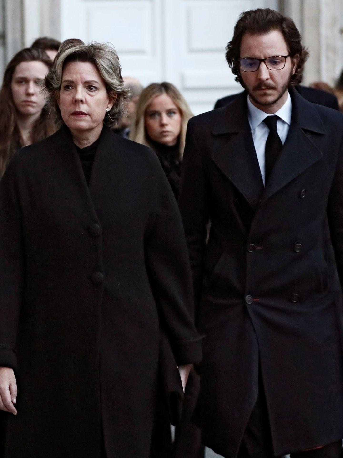 Luis Juan, junto a su madre en el funeral de la infanta Pilar. (EFE)