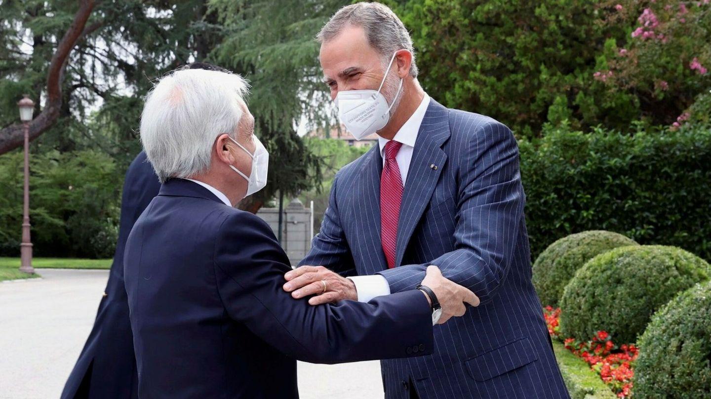 El Rey, junto a Sebastián Piñera. (EFE)