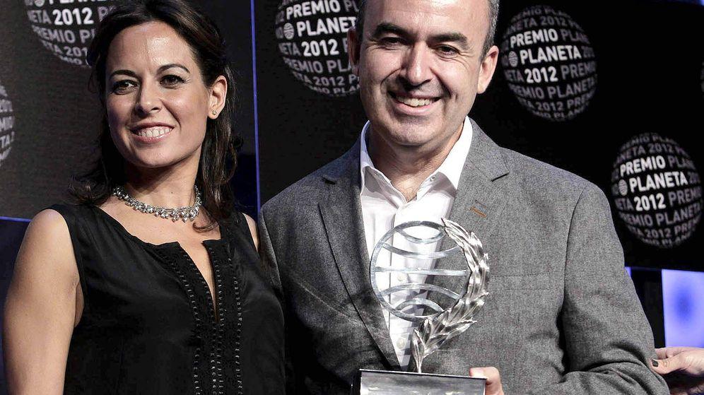 Foto: Mara Torres y Lorenzo Silva en la gala del Planeta de 2012. (EFE)