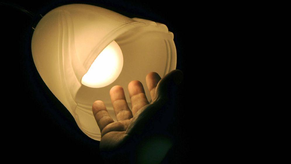 Foto: Parece evidente que quien no tiene para pagar el recibo de la luz, en realidad, está muy cerca de la exclusión social. (EFE)