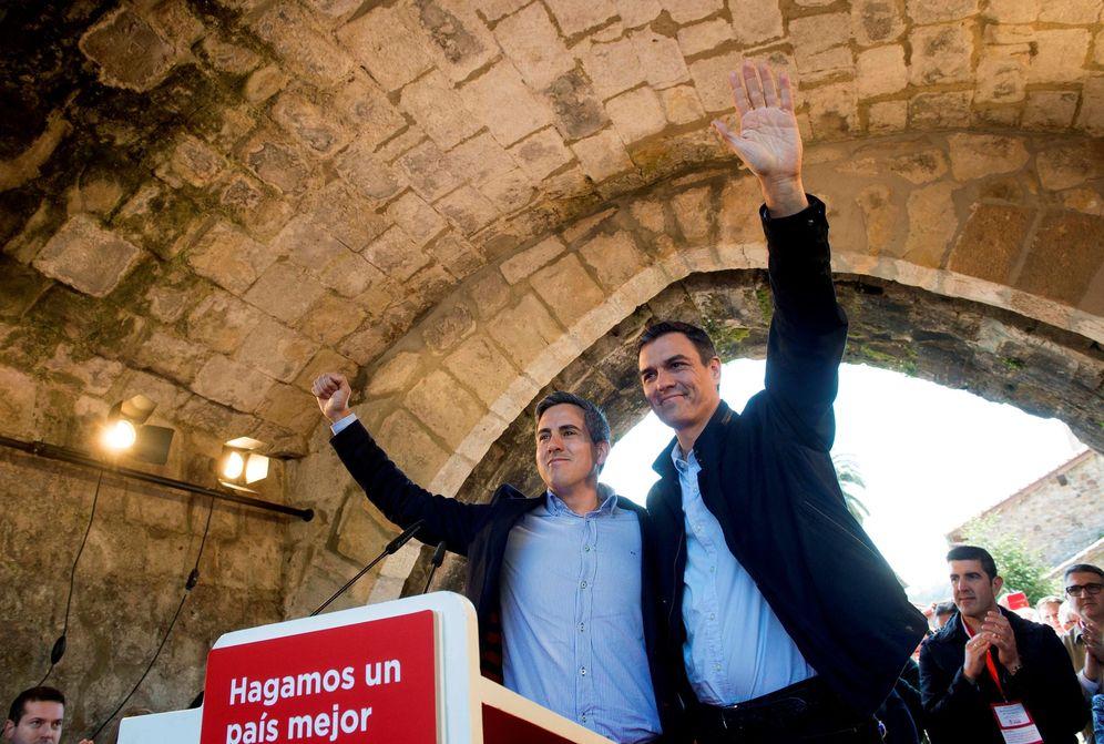 Foto: Pedro Sánchez con el líder del PSOE cántabro, Pablo Zuloaga, este 14 de abril en la localidad de Cartes. (EFE)