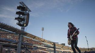 Lo más grunge de Dave Grohl: se rompe una pierna en directo y sigue en silla de ruedas