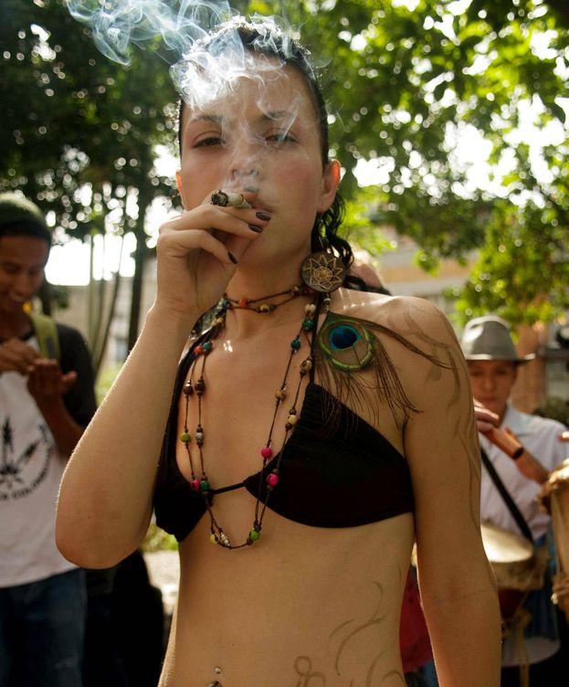 Foto: Una chica fuma un cigarrillo de marihuana. (EFE)