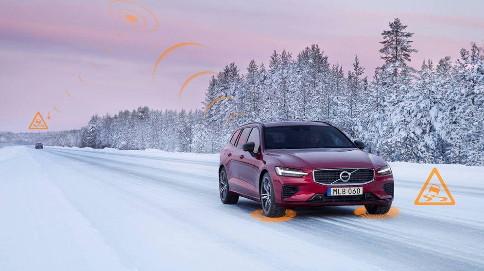 Foto: Aviso de un coche Volvo de las condiciones de firma deslizante en una carretera.