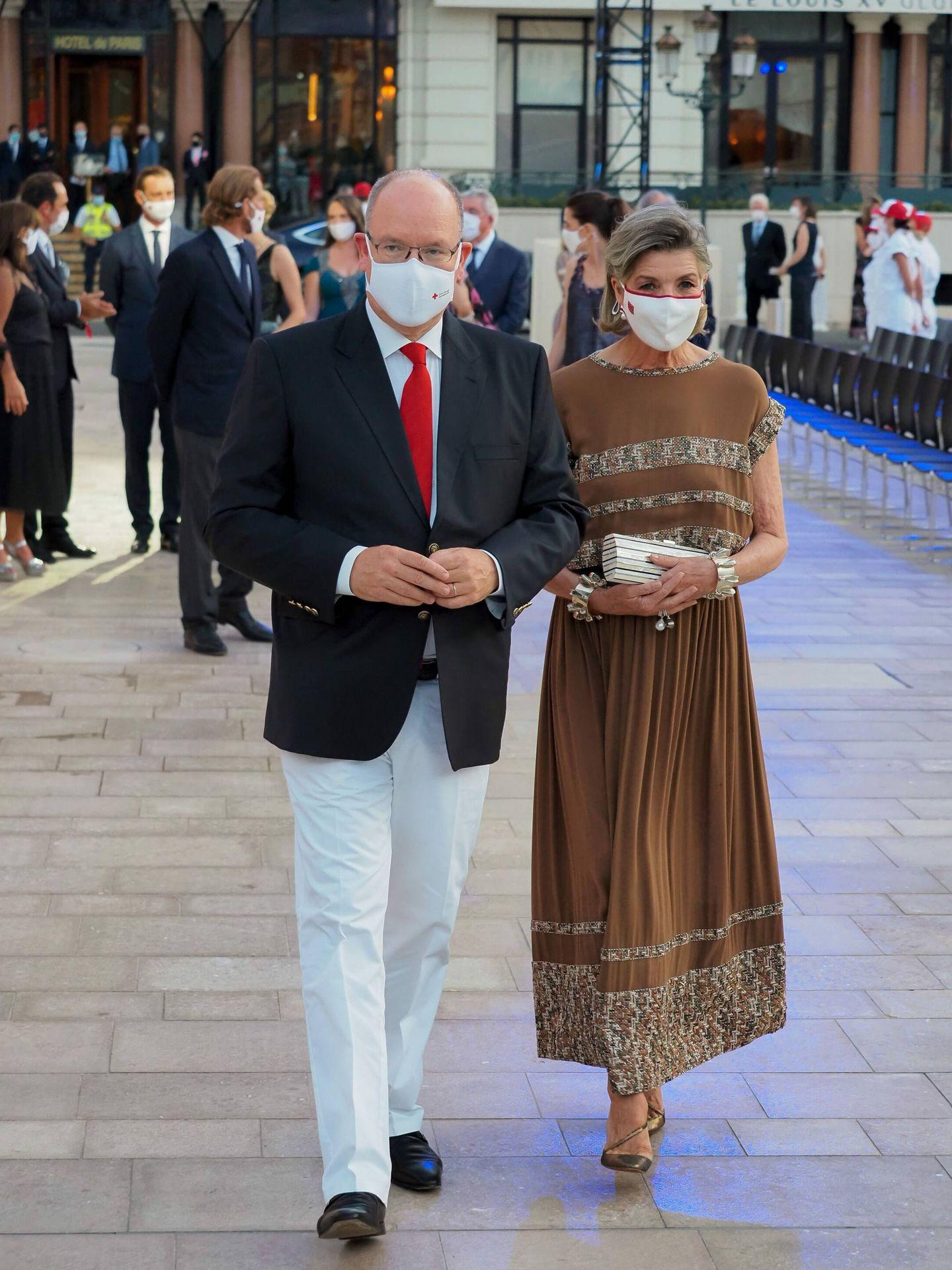 Alberto y su hermana Carolina llegan al concierto en Montecarlo. (CP)