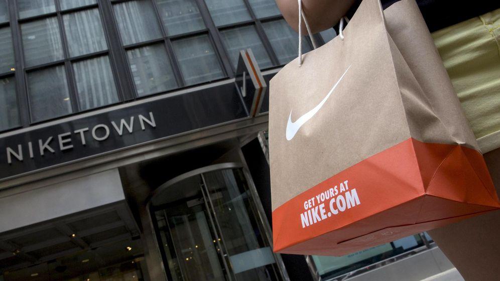 Foto: Un cliente sale de una tienda Nike en Nueva York (Reuters)