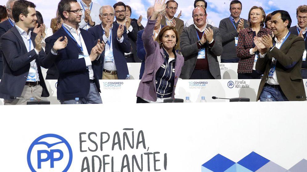 Foto:  La secretaria general del PP, María Dolores de Cospedal, recibe el aplauso tras ser ratificada en su cargo por el presidente del PP, Mariano Rajoy, durante la segunda jornada del XVIII Congreso. (EFE)