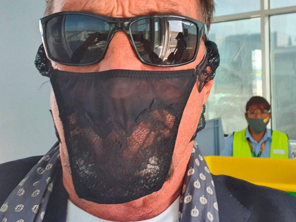 Foto: John McAfee, de 74 años, con el tanga que utilizó como mascarilla para entrar en Alemania (Foto: Twitter)