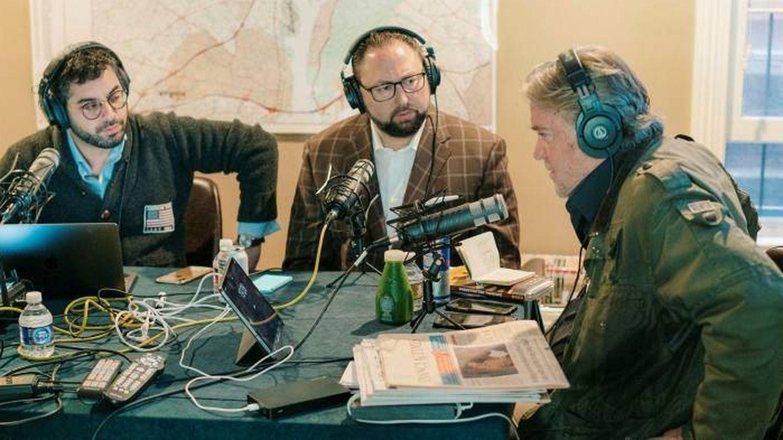 Jason Miller (centro), en el podcast de Steve Bannon (derecha). (Facebook)