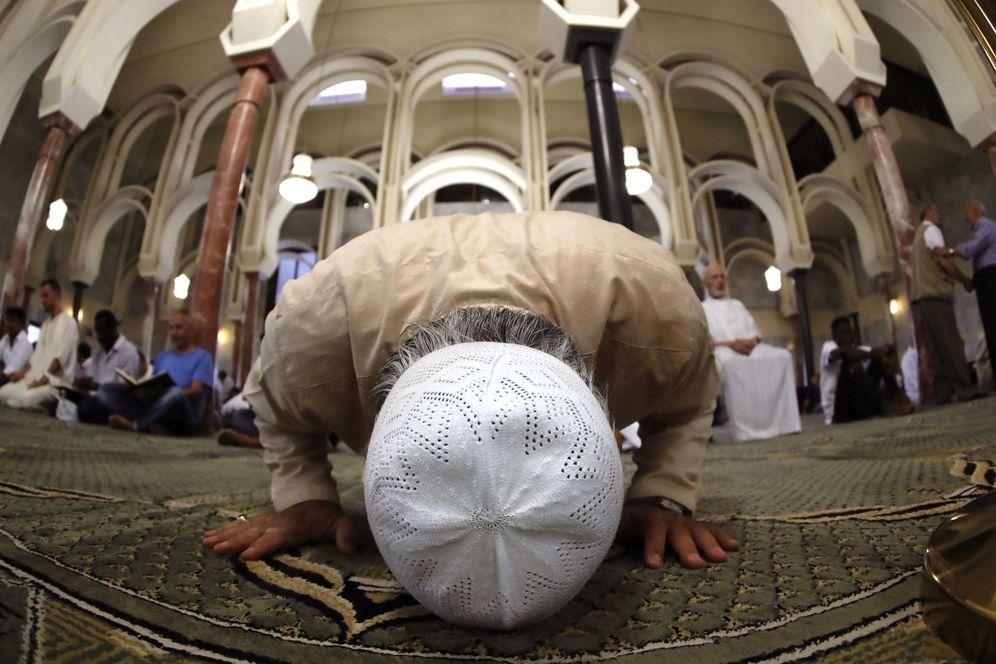 Foto: Musulmanes rezan en la mezquita del Centro Islámico de Madrid, la más grande de España. (EFE)