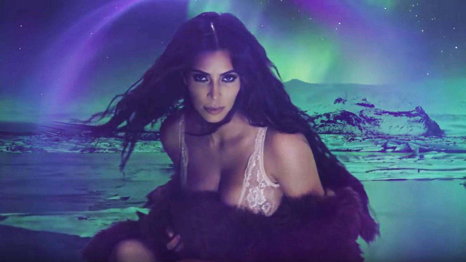 Foto: Kim Kardashian en una imagen del vídeo calendario de 'Love'