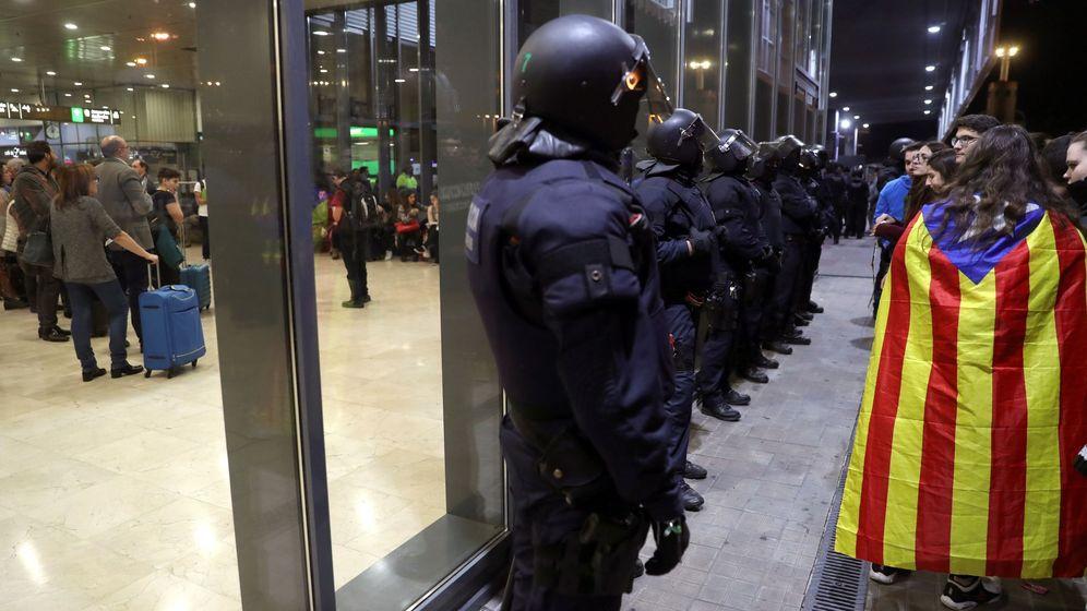 Foto: Agentes antidisturbios, el pasado noviembre en la estación de Sants de Barcelona. (EFE)