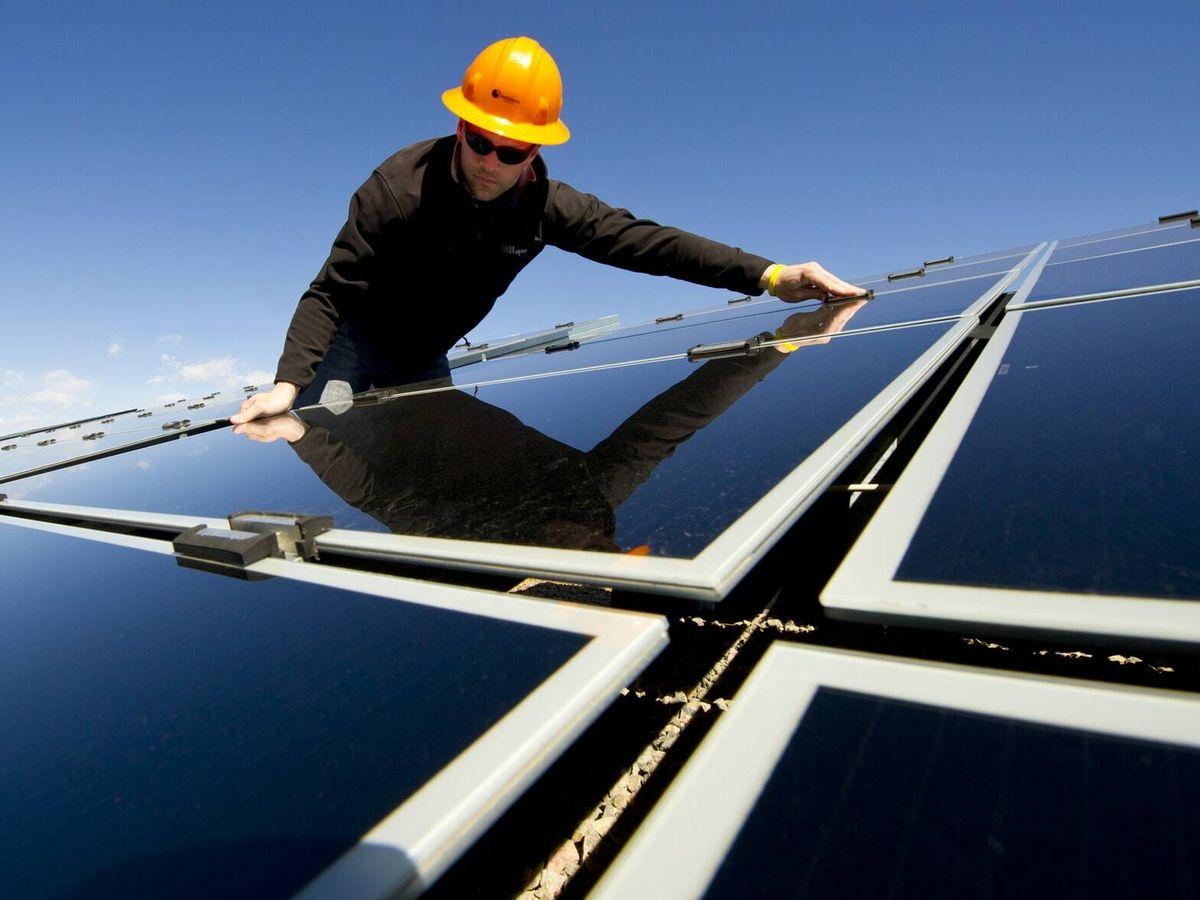 Foto: Montaje de paneles fotovoltaicos.