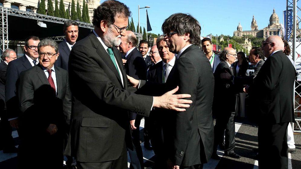 Foto: Mariano Rajoy y Carles Puigdemont se saludan durante un acto en Barcelona. (EFE)