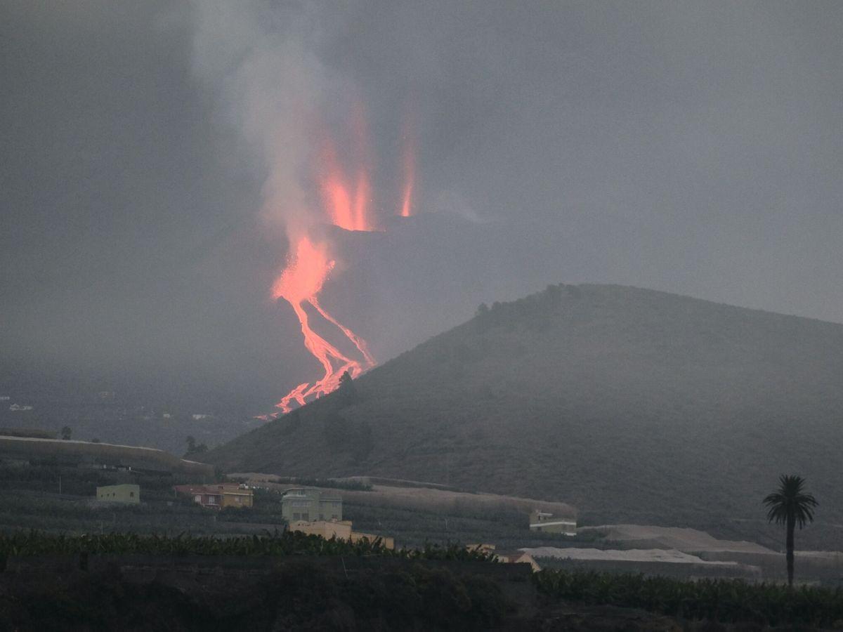 Foto: Ríos de lava que descienden por la ladera del volcán. (EFE)