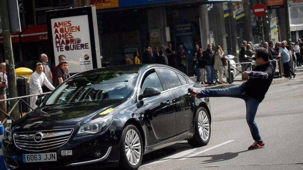 Foto: Ataque a un coche de Cabify durante una manifestación de taxistas en Madrid en 2017. (Reuters)