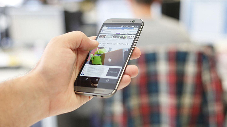 José María Olmo sostiene el HTC One M8