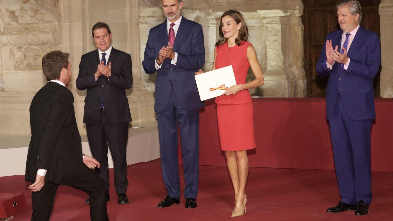 Los Reyes premiando a Pablo Motos. (EFE)