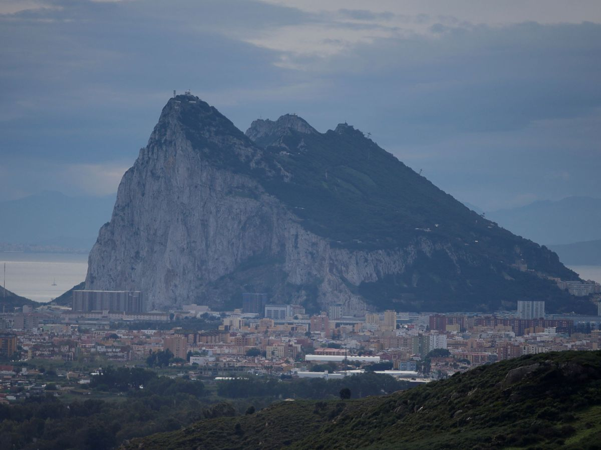 Foto: El peñón de Gibraltar, desde el lado español en La Línea de la Concepción. (Reuters)