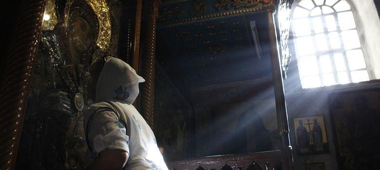 Foto: Una mujer besa un cuadro de la Virgen María en la Iglesia de la Natividad, lugar de nacimiento de Jesús, en Belén. (Reuters).