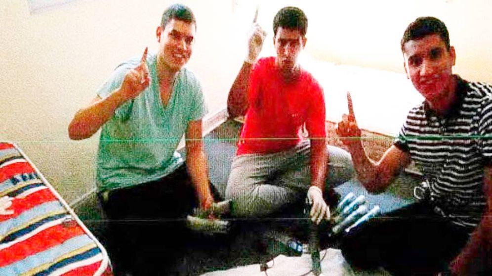Foto: De izquierda a derecha: Mohamed Houli Chemlal, Youssef Aalla y Younes Abouyaaqoub, en la casa de Alcanar (Tarragona).