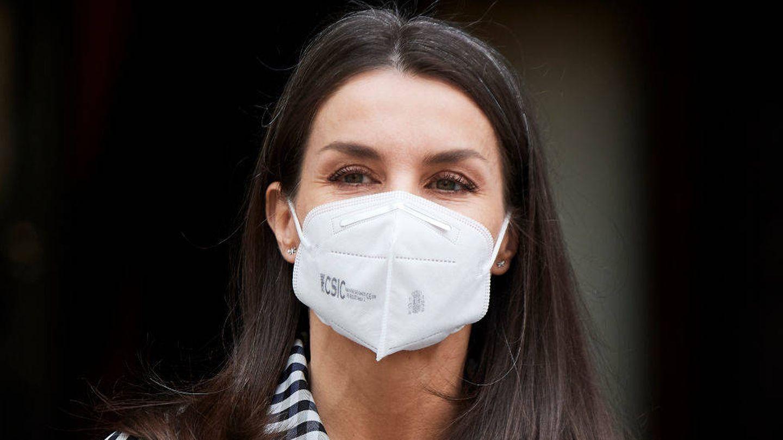 Detalle de las capas de máscara de pestañas en los ojos de la reina Letizia. (Getty)