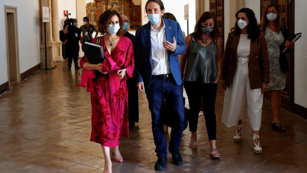 Foto: La ministra de Hacienda y portavoz del Gobierno, María Jesús Montero, y el vicepresidente segundo de Derechos Sociales, Pablo Iglesias, durante una Conferencia de Presidentes. (EFE)