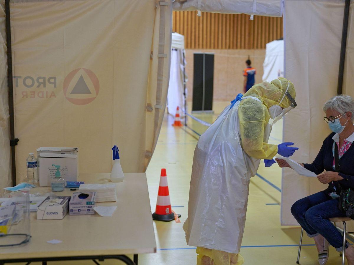 Foto: Una mujer se somete a una PCR en Mayenne. (EFE)