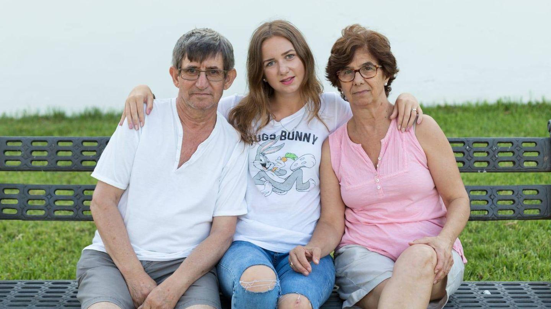 Vika, ya adulta, con sus padres de acogida.