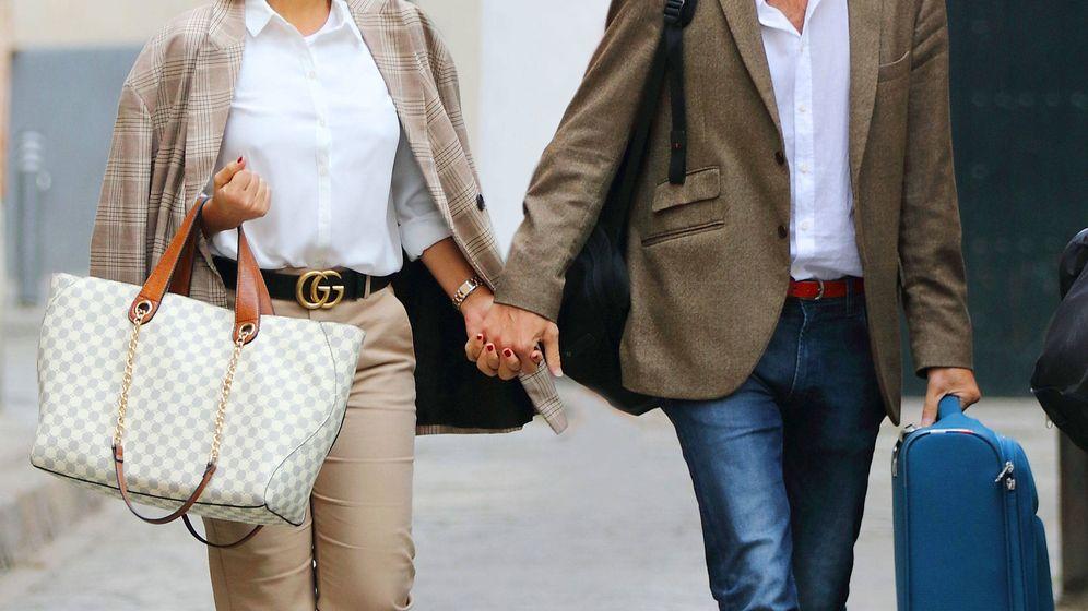 Foto: Chenoa y su prometido llegando a Sevilla (Lagencia Grosby)