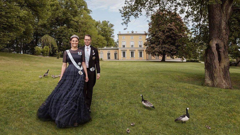 Victoria y Daniel, posando en el terreno del castillo de Haga. (Casa Real de Suecia)