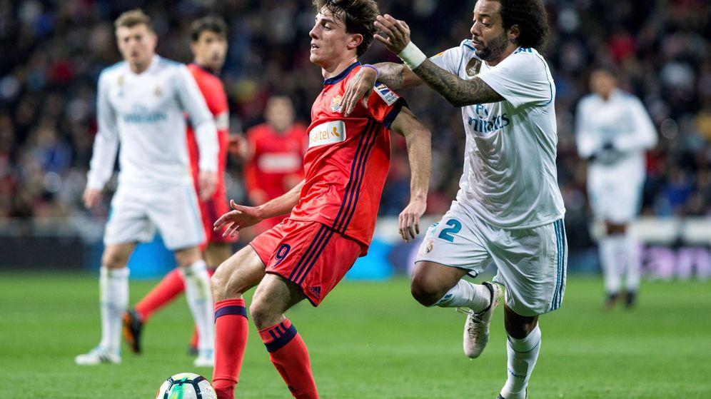 Foto: Odriozola, ante Marcelo, en el partido disputado en el Bernabéu entre el Real Madrid y la Real Sociedad. (EFE)
