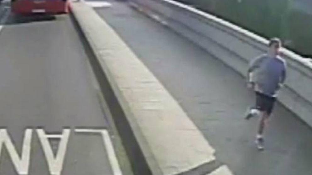 La policía británica busca a un 'runner' que lanzó a una mujer contra un bus