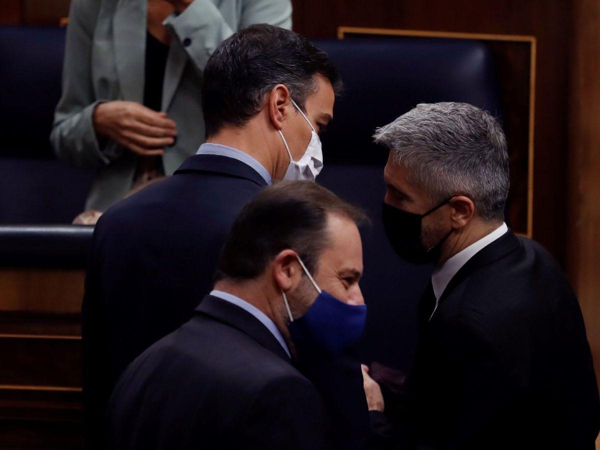 Foto: El presidente del Gobierno, Pedro Sánchez, conversa con Fernando Grande-Marlaska. (EFE)