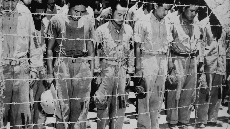 Foto: Los prisioneros de guerra japoneses en Guam escuchan el anuncio de la rendición japonesa el 14 de agosto de 1945. (Corbis)