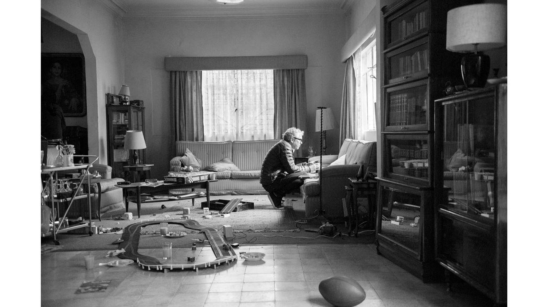 Foto: El director Alfonso Cuarón en uno de los sets creados para el rodaje de 'Roma', que recrea la casa en la que se crió. (Foto: Carlos Somonte)