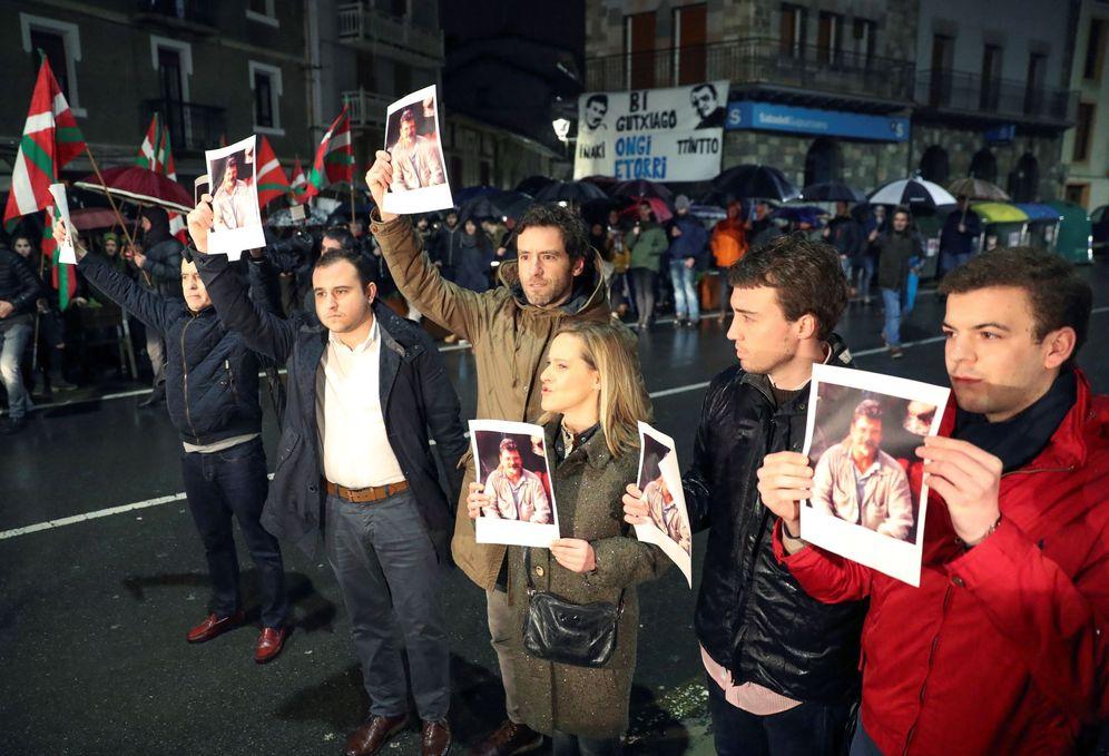 Foto: Cargos del PP protestan por el recibimiento dispensado en Andoain en febrero a dos chivatos de ETA. (EFE)