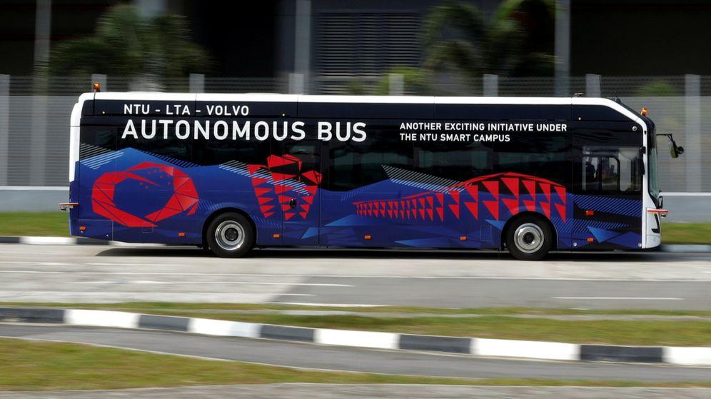 Foto: El autobús que ha preparado Volvo junto a la Nanyang Technological University (Reuters/Edgar Su)