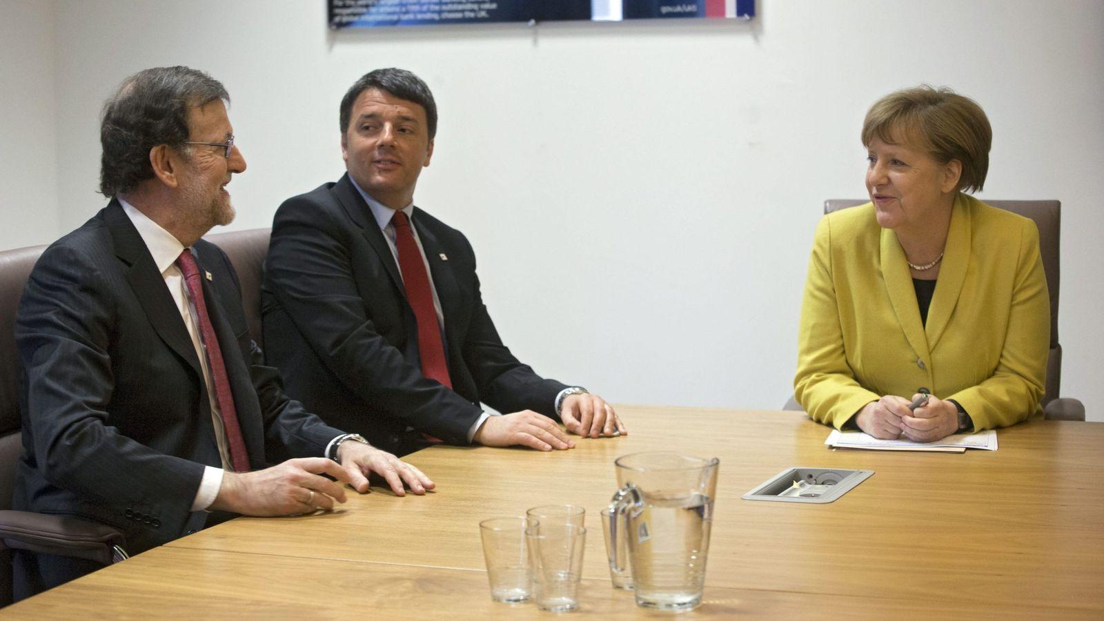Foto: Rajoy, Renzi y Merkel, durante la cumbre de jefes de Estado y Gobierno de la UE en Bruselas. (EFE)