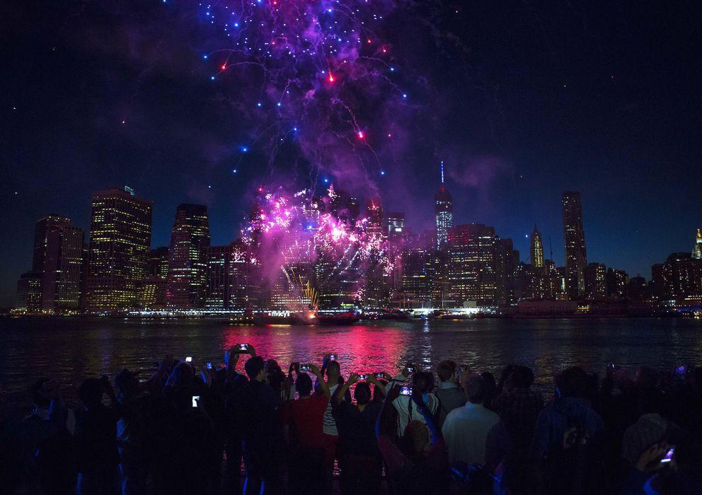 Foto: El skyline del Bajo Manhattan, la parte más meridional de la isla, cubierta por fuegos artificiales el 4 de julio (Reuters).