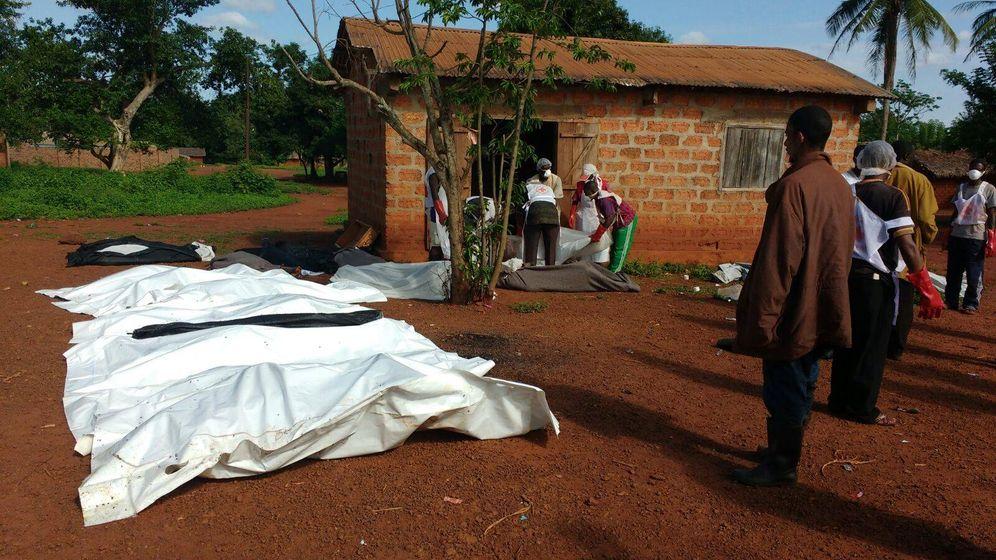 Foto: Los cuerpos de las víctimas del ataque en Bangassou yacen en la explanada de la mezquita. (JJ. A.)