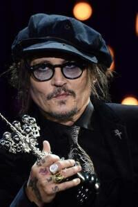 Depp, en San Sebastián: una llegada accidentada y un pirata ovacionado