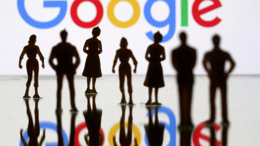 Foto: Pequeñas figuras de personas, frente a un logo de Google. (Reuters)