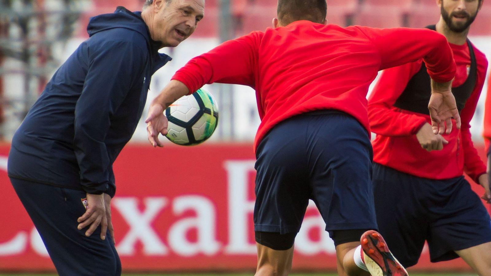 Foto: Joaquín Caparrós, en su primer entrenamiento en el Sevilla. (EFE)